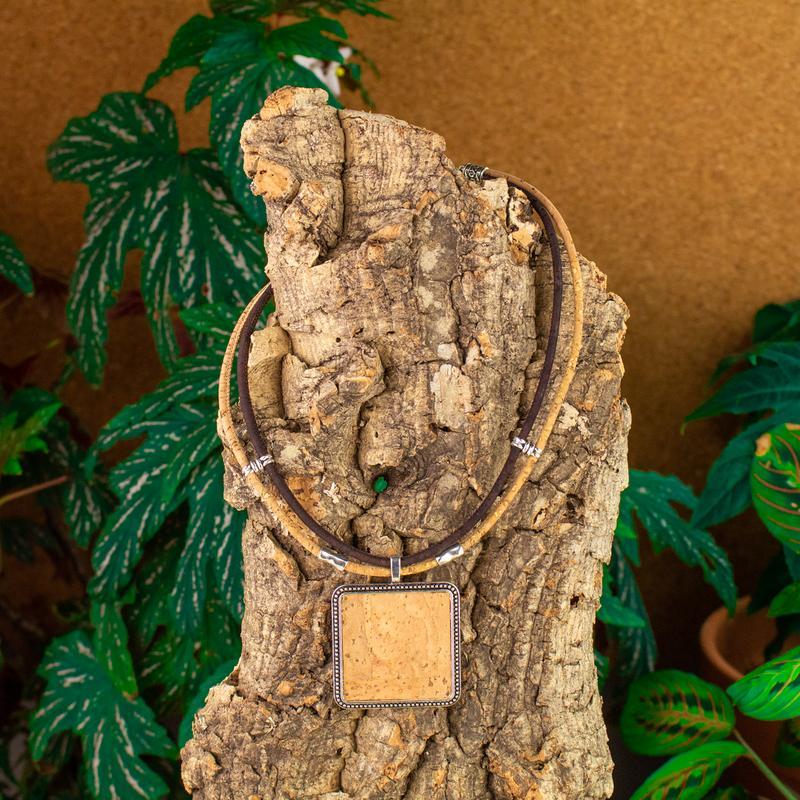 Colier cu medalion patrat – maro