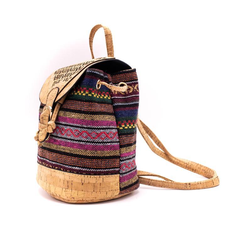 Rucsacel din material textil si capac de pluta