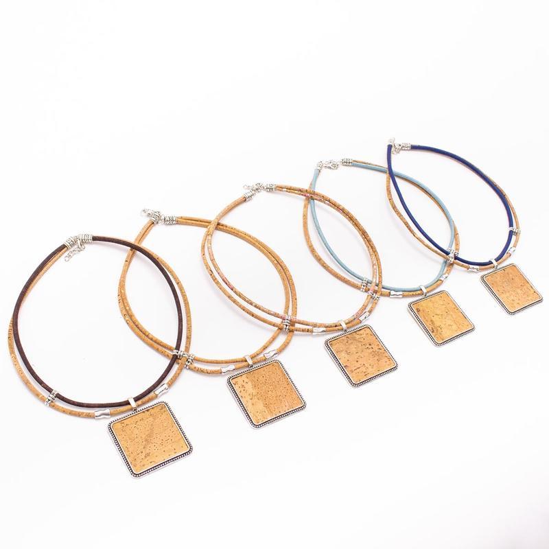 Colier cu medalion patrat - colorat