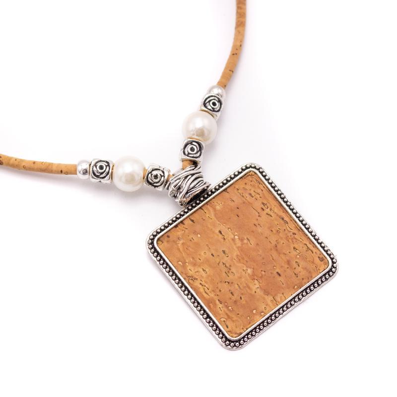 Colier cu medalion patrat si perle