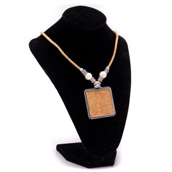 Colier cu medalion patrat si perle3
